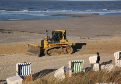Erste Strandkörbe am Bade- und Burgenstrand