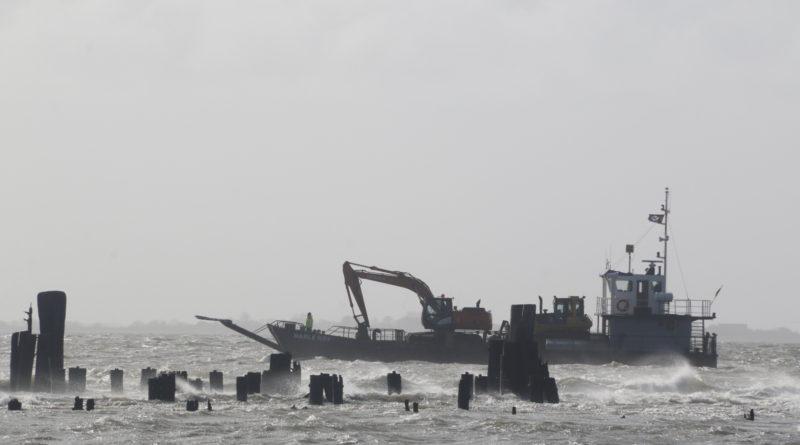 Raupe und Bagger wurden am Montag bei stürmischer See auf die Insel verbracht